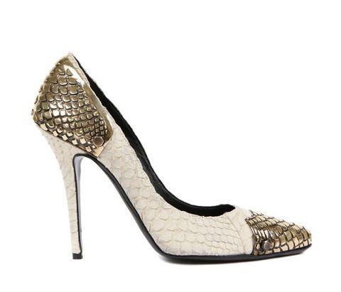 <p>Zapatos de <strong>Balmain</strong> (1.620 euros) con adornos de metal y print animal en blanco.</p>