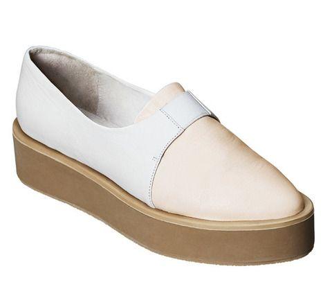 <p>Dícese de los zapatos o sandalias que, siendo prácticamente planos, se suben a una comedida plataforma para ver el panorama desde las alturas. Una manera cómoda y <i>trendy</i> de llevar algo de tacón sin que tus pies se resientan por ello. En la foto, su aplicación en <strong>H&amp&#x3B;M.</strong></p>