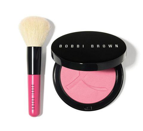 <p><i><strong>Pink Peony Set</strong></i>: Polvos iluminadores rosados y mini brocha (45 €), de Bobbi Brown. Perfectos para llevar en el bolso por su tamaño XS. Todo el beneficio se destina a <i>The Breast Cancer Research Foundation.</i></p>