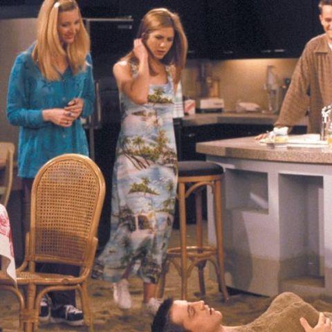 <p>¿Cuántas veces has visto por la calle la combinación de vestido largo recto y estampado con zapatillas deportivas blancas? Jennifer Aniston ya las lucía en 'Friends'.</p>