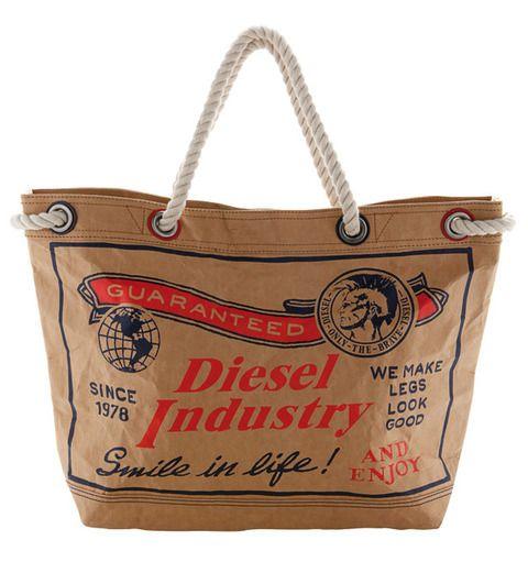 <p>Tipo bolsa de cartón antigua pintada de <strong>Diesel</strong> (105€)</p>