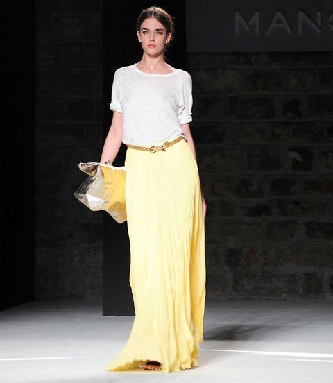 <p>Nos encanta el contraste de estilos de camiseta de algodón y falda de seda amarilla.</p>