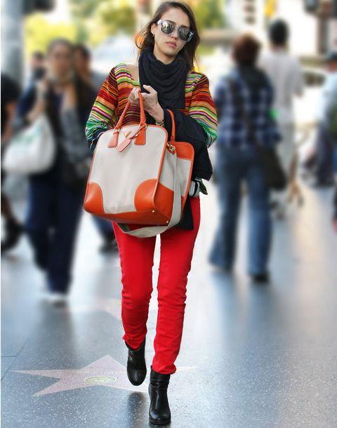 <p>Nos encanta ver a <strong>Jessica Alba</strong> que se ha entregado al color esta primavera con llamativos pitillos y el nuevo modelo primavera 2012 de <strong>Prada</strong> naranja y nude.</p>
