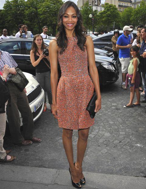 <p>Entre las mejores de la semana no podía faltar una impecable<strong> Zoe Saldana</strong> que acudió al desfile de Armani Privé con este vestido&nbsp;<strong>Giorgio Armani otoño 2012</strong> en coral y plata. &nbsp; &nbsp; &nbsp;</p>
