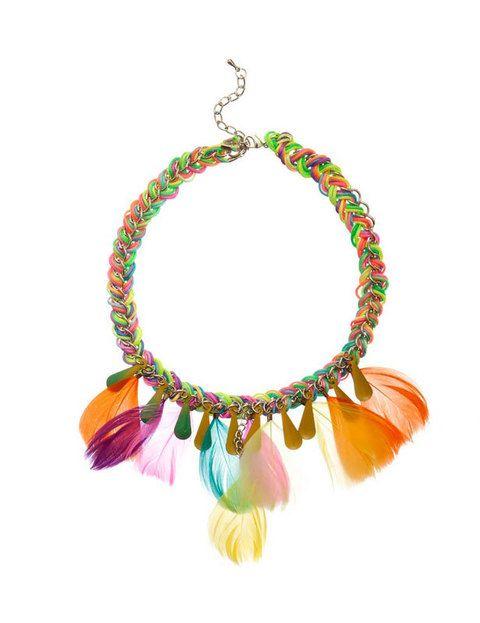 <p>Colores, dorado y de cadena y plumas convierten a este collar de <strong>Blanco</strong> en el perfecto aliado de prendas básicas.</p>