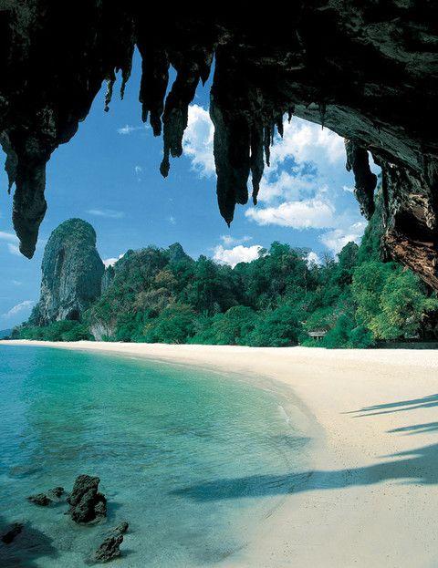 <p>El paraíso existe a orillas del mar Andaman, en la provincia de Krabi, un arenal increíble de aguas cristalinas. Y a pocos metros, el resort Rayavadee, al que se accede en bote después de bordear una cadena de espectaculares acantilados. El plus: puedes alquilar un kayak, montar en elefante... Habitación doble desde 565 €.</p>