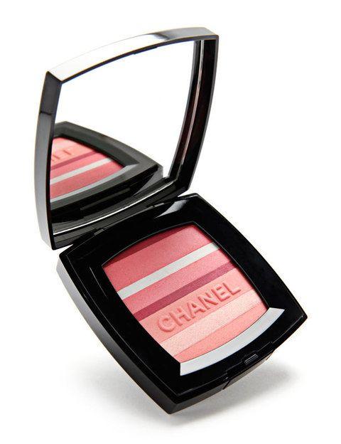 <p><i>Blush Horizon </i>de <strong>Chanel</strong>. Aplica todos los tonos a la vez o esculpe el rostro utilizando la parte más oscura de la paleta bajo las mejillas y la más clara en el hueso del pómulo. Conseguirás un mayor volumen.</p>