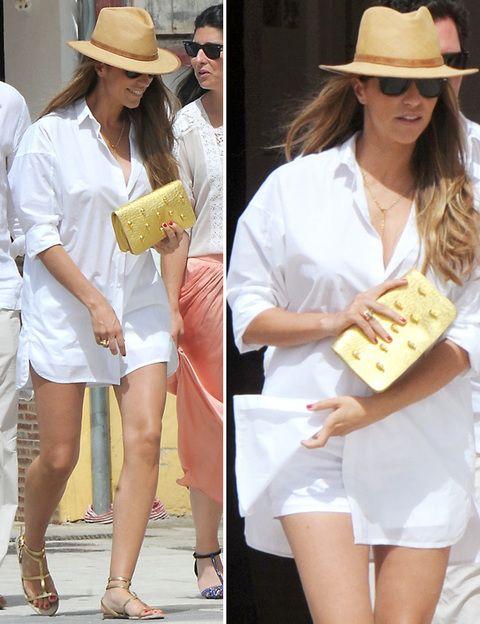 <p>Otro de sus estilismos de día en Jerez de la Frontera ha sido éste de minishorts blancos y camisa XL blanca que combinó con sandalias planas doradas con <i>cluch</i> a juego y borsalino.</p>