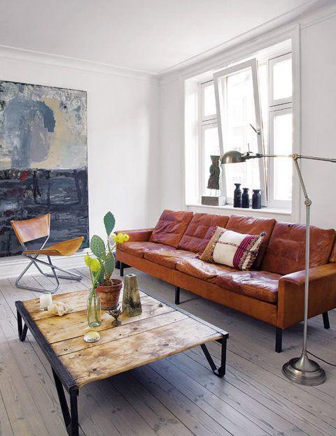 <p>En el salón, el verdadero protagonista es el gran sofá, adquirido en un mercadillo de Copenhague, que combina perfectamente con la silla de piel firmada por el diseñador danés Erik Magnussen.</p>
