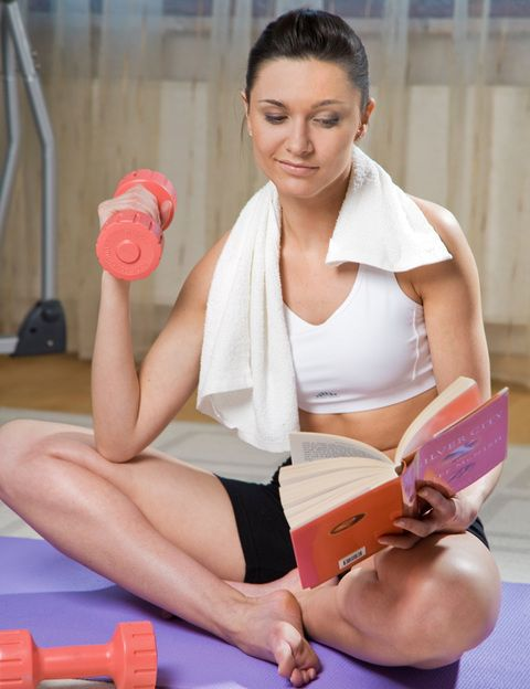 <p>Si quieres tomarte en serio tu <strong>entrenamiento muscular, imprescindible para mantener tu cuerpo joven y el metabolismo activo</strong>, te vendrá bien tener unas mancuernas pequeñas que puedas llevarte contigo. <strong>Muchos ejercicios.</strong> Con unas simples pesitas podrás ponerle más intensidad a tus sentadillas y tus lunges y, por supuesto, entrenar de forma específica los músculos del tronco, sobre todo los brazos. <strong>Más intensidad. </strong>Hazte con un set que incluya varios tamaños de pesas, ya que cada músculo te requerirá un peso (por ejemplo el tríceps, más pequeño y menos fuerte) y necesitarás aumentar intensidad a medida que vayas ganando fuerza.<strong> El resultado.</strong> Entrenando con unas pesitas <strong>podrás presumir de brazos y escote este verano.</strong></p>