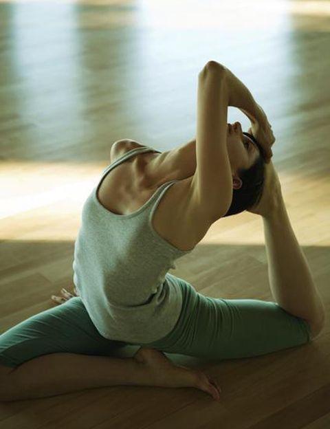 <p> <strong>¿Hacer yoga es duro? Sí, y más aún si se hace en una habitación caliente</strong>, como si estuvieras en la India. Quienes practican Bikram Yoga saben lo intensa y dura que es cada clase, en la que se suda tanto que mucha gente la hace en bañador. Hora y media de Saludos al Sol y poderosas asanas que estirarán y tonificarán tu cuerpo a fondo gracias al calor y la humedad.<br /> <strong>40 grados. </strong>Esta es la temperatura a la que se practica este estilo de yoga para evitar lesiones, eliminar toxinas y realizar un entrenamiento físico intenso. A esta temperatura los músculos se calientan rápidamente, lo que nos permite realizar un entrenamiento profundo sin riesgo.<br /> <strong>Piel radiante</strong>. En una clase de Bikram comenzarás a sudar a los pocos minutos, lo que te ayudará a <strong>limpiar completamente tu cuerpo de toxinas.</strong> Después de la ducha tu piel estará limpia y reluciente.<br /> <strong>90 minutos.</strong> Éste es el tiempo que dura cada sesión, en la que realizarás 26 posturas y dos ejercicios de respiración. La mitad de las asanas o posturas se hacen sentado y la otra mitad de pie. Todo se repite dos veces, lo que te permitirá ir aprendiendo las secuencias.<br /> <strong>Sana y delgada</strong>. Las posturas y secuencias del Bikram fueron diseñadas por Bikram Choudhury para prevenir lesiones y enfermedades y limitar los efectos del envejecimiento. Las asanas tratan cada parte de tu cuerpo: sistema digestivo, respiratorio, circulatorio, inmune, esquelético, muscular y nervioso. Practicándolo estarás más fuerte, más flexible, tendrás más energía y unos músculos más tonificados, lo que se traducirá en una activación del metabolismo y en una pérdida de peso.<br /> <strong>Dress code.</strong> Tu máxima debe ser mucha agua y poca ropa. Debes llevar una botella grande a cada clase e ir bebiendo a pequeños sorbos. En cuanto a la ropa, de lycra o materiales transpirables y lo más ligera posible. También tendrás que llevar una t