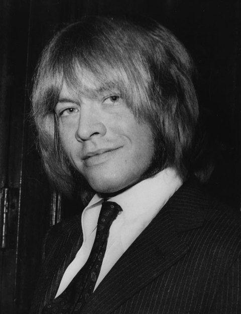 <p>Junto con Mick Jagger y Keith Richards, Brian Jones fue el fundador de los miticos Rolling Stones. En junio de 1969 dejó la banda y un mes después falleció ahogado en su piscina, al parecer víctima de un ataque de asma. Pero aún a día de hoy, son muchos los de discuten esta versión.</p>