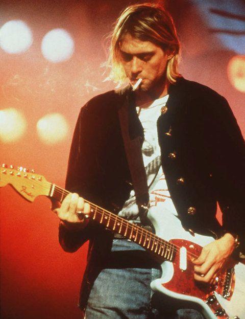 <p>El líder de Nirvana fue uno de los músicos más influyentes de la escena de los 90. De todos es conocida su afición a las drogas, aunque fue un disparo en la cabeza el que acabó con su vida. Cuando se suicidó, en 1994, Cobain tenía 27 años.</p>