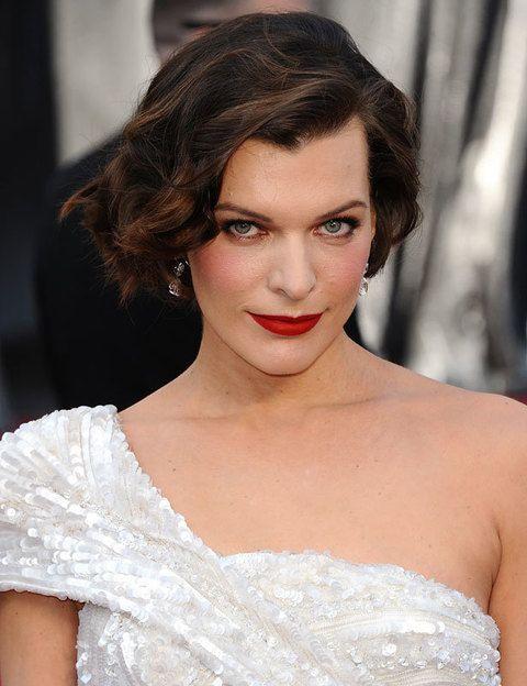 <p>La espectacular<strong> Milla Jovovich</strong> acertó con unas ondas laterales y labios en rojo mate, el look ideal para su Elie Saab blanco.</p>
