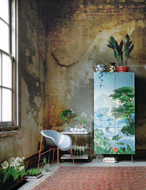 <p>Cuando el pasado se encuentra con el presente y el dirty chic reina en el espacio, las paredes desconchadas y con manchas de humedad enmarcan piezas tan actuales como la silla de plástico <i>Eu/phoria,</i> de Paola Navone para Eumenes o el armario <i>Konsmo,</i> de Ikea, revestido con un llamativo papel pintado, de De Gournay. Completa la escena, una alfombra oriental, de Ikea, y una camarera lacada, de Bo Concept, llena de pequeñas macetas con flores silvestres, jacintos blancos y hojas verdes que dan el toque fresco y natural.</p>