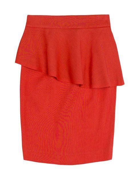 <p>El corte que está arrasando esta temporada en una falda roja ideal. De <strong>Zara.</strong></p>