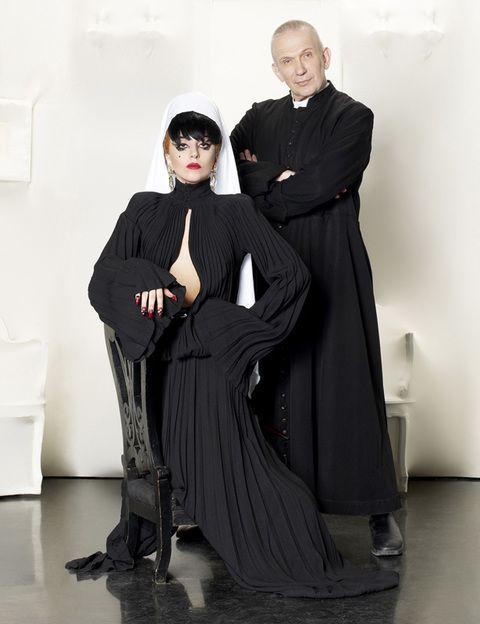 <p>El diseñador Jean-Paul Gaultier se convierte en entrevistador de la reina musical del momento. No se conocían previamente, pero Lady Gaga no tuvo inconveniente en acudir al taller que Gaultier tiene en París, para hablar con él sin pelos en la lengua: sexo, drogas, familia y, por supuesto, moda. Estos dos iconos protagonizan una deliciosa charla en su primer encuentro cara a cara. <strong>¿Cuándo? </strong>El jueves 9 de febrero, a las 22.00 h en Canal + 1.</p>