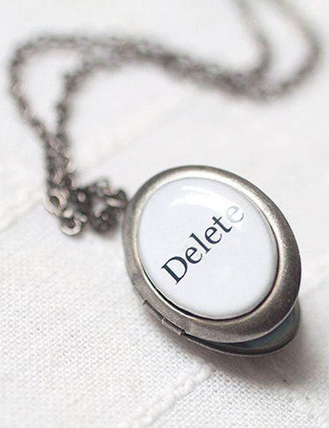 """<p>Sí, hoy es el día para quitártelo de la cabeza de una vez por todas. Empieza por utilizar este camefeo a la inversa, un camefeo para olvidar en<a href=""""http://www.etsy.com/listing/59940271/oval-silver-locket-necklace-anti?ref=sr_gallery_5&sref=&ga_search_submit=&ga_search_query=anti+valentine&ga_view_type=gallery&ga_ship_to=ES&ga_search_type=handmade&ga_facet=handmade"""" target=""""_blank""""> Beauty Spot</a>, 22 euros.</p>"""