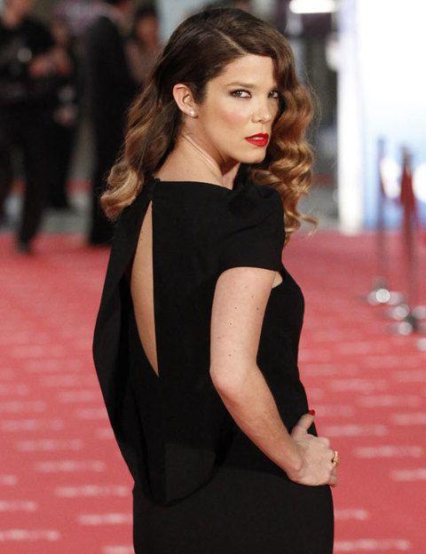 <p>No podíamos perdernos este detalle del vestido de <strong>Juana Acosta</strong> y ella lo sabía, y lo mostró posando como una 'femme fatale'.</p>