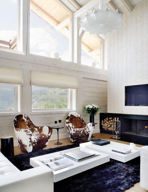 <p>En el techo destaca la lámpara Cocoon de la serie Zeppelin, un diseño de Marcel Wanders para Flos. La alfombra de zorro negro es de Katrin Leuze.</p>
