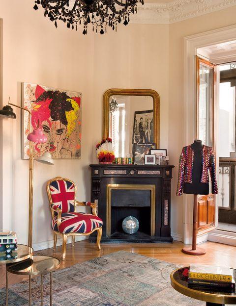 <p>Otro ángulo del salón. Junto a la chimenea de mármol, chaqueta de lentejuelas de Sister Jane y cuadro de Patricia Nicolás.</p>