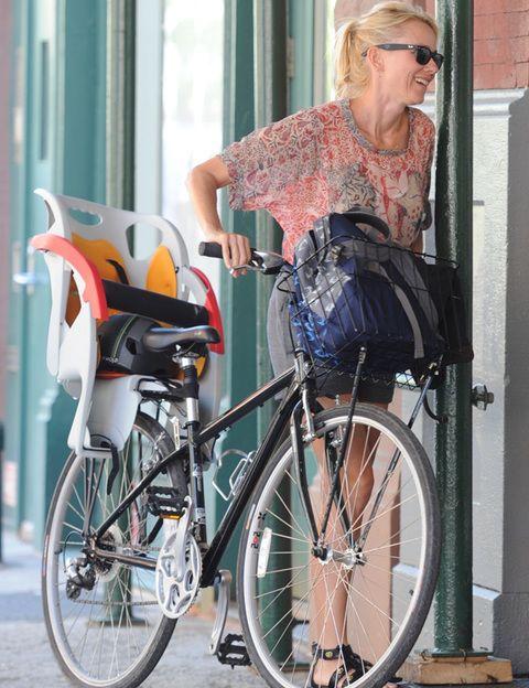 """<p>Es cierto que <strong>en algunas ciudades muy polucionadas ir en bici puede no parecer la mejor idea</strong>, pero según el estudio realizado en Barcelona y publicado en la revista <i>""""British Medical Journal""""</i> los beneficios para la salud de la actividad física al desplazarse en bicicleta en una ciudad son mucho mayores que los riesgos por la contaminación del aire. Y si no vives en una ciudad ni en una zona con mucha polución ¡todo son beneficios!: montar en bici te proporciona un <strong>ejercicio cardiovascular suave que cuida tu corazón y te permite quemar calorías y reactivar tu metabolismo basal</strong>; la postura y el pedaleo constante tonifican tus piernas, tus brazos y tu abdomen; pedalear resulta un magnífico ejercicio contra la celulitis, ya que activa la circulación sin destruir tejido conjuntivo; el ejercicio al aire libre <strong>te hace producir más endorfinas, aumentar tu nivel de energía</strong> y combatir el estrés. Además, una vez hecha la inversión de la bici, es una de las formas más baratas de hacer ejercicio. </p>"""