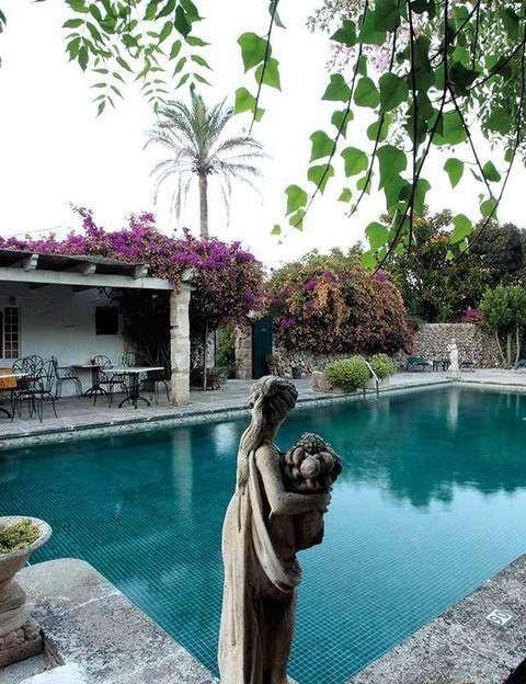 """<p>La isla menorquina es un destino con muchas caras.&nbsp&#x3B; Adéntrate en una vivencia casi artística en el hotel Biniarroca. Sus muros están plagados de óleos impresionistas de Lindsay Mullen, una de las propietarias, y tras las ventanas relajarás la vista en su gran jardín de inspiración italiana. Las piscinas, de estilo romano, son dignas de mención y te harán sentir como un auténtico privilegiado. Además, contemplarás el gusto refinado en cada estancia, que acaba por multiplicarse en las 18 habitaciones (a partir de 100 euros con desayuno).</p><p>Biniarroca. Camino Vell, 57. San Luis (Menorca). Tel. 971 15 00 59. <a href=""""http://www.biniarroca.com"""" target=""""_blank"""">www.biniarroca.com</a>.</p>"""