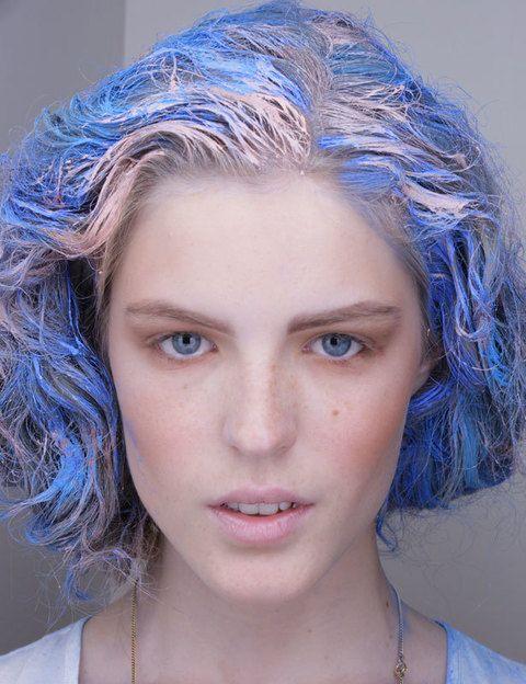 <p>Consigue este look con tintes que se van con los lavados. Haz primero el color base y luego pinta encima con un tono diferente en algunos mechones para darle el efecto mechas.</p>