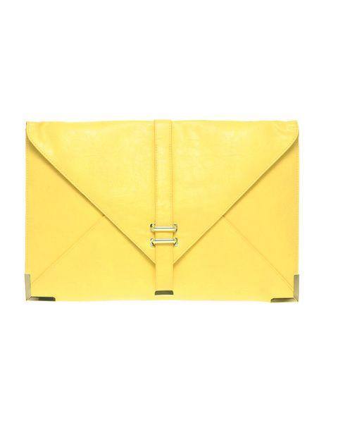<p>Los bolsos de colgar han pasado a mejor vida, ahora lo que realmente identifica a las fashionistas es llevar carteas de mano con sus looks de día.<strong> Es de Asos.</strong></p>