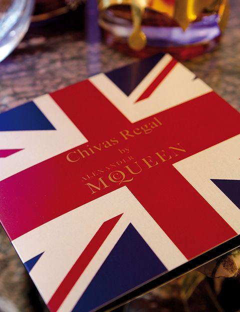 <p> <strong>Alexander McQueen</strong>, el genial diseñador británico, ha <strong> reinventado la botella de Chivas 18</strong>. ¿El resultado? Una pieza de colección de cuero en los colores de la Union Jack. Como homenaje: el <strong>cóctel <i>Chivas 18 McQueen</i> </strong>, que podrás degustar en la barra del hotel, combinado sabiamente con zumo de limón, jarabe de arándanos y polvo de oro.</p>