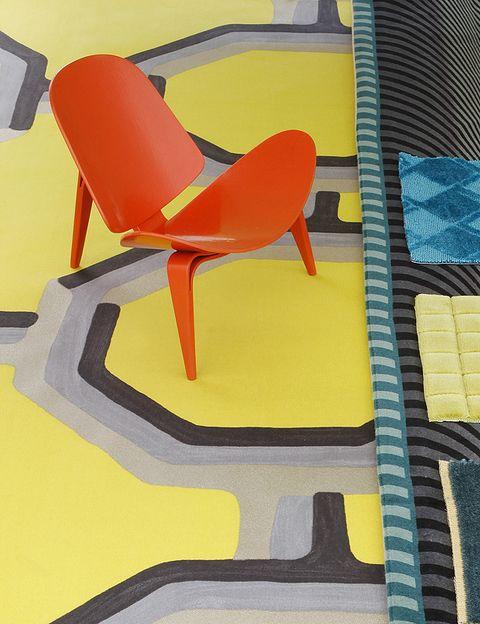 <p>Tela modelo <i>Leopold-chartreuse</i>, 100% algodón, 74,24 €/m, de Designers Guild en <strong>Usera Usera</strong>. Silla miniatura <i>3-benet Skalstol</i>, de 122x153x130 mm, de <strong> Wegner </strong>(1963), Vitra, 170 €. </p>