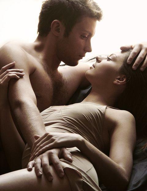 <p><strong>Aunque casi todos pensamos que orgasmo y eyaculación ocurren a la vez, en realidad son cosas diferentes</strong>. Para los expertos, son fenómenos distintos, gobernados por mecanismos fisiológicos y neurológicos diferentes. Efectivamente, suelen darse al mismo tiempo, por lo que es fácil confundirlos y verlos como un todo. Pero <strong>un hombre puede tener un orgasmo sin eyacular y viceversa</strong>. En general, los sexólogos piensan que la eyaculación está sobrevalorada y que las parejas tienden a centrar las relaciones sexuales en el orgasmo, olvidándose de los besos, <strong>caricias o abrazos, que a veces pueden ser más satisfactorios</strong> que el sexo, sobre todo cuando uno de los dos no tiene ganas.</p>