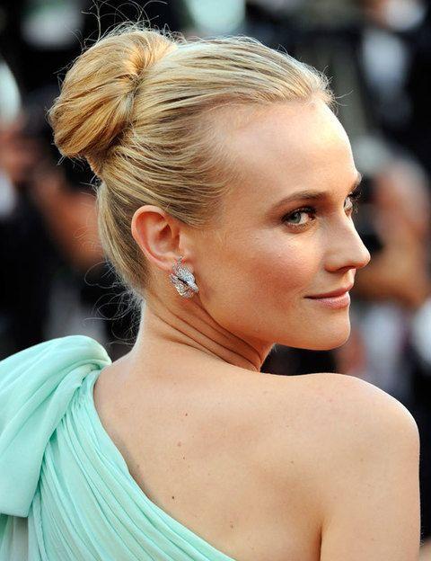 """<p><strong>Diane Kruger</strong><strong></strong>nos sorprendió en Cannes con este espectacular moño alargado. Su elaboración es simple si utilizas un postizo adecuado: Blanca, del blog Glossy Girls, explica cómo<a href=""""http://glossy-girls.blogs.elle.es/2012/06/12/el-mono-de-diane-kruger/"""" target=""""_blank""""> aquí</a>.</p><p></p>"""
