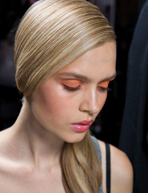 <p>Di sí al toque minimalista: lleva tu peinado muy pulido con coleta baja y maquilla los ojos en un bloque de color naranja. En los labios, un toque de <i>gloss</i>.</p>
