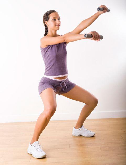 <p>Son uno de los ejercicios imprescindibles en el entrenamiento de cualquier celebritie y también en el tuyo, ya que <strong>hacen trabajar a todos los músculos de tus piernas y glúteos a la vez.</strong> Y no sólo son efectivas sino facilísimas de hacer. <strong>La técnica. </strong>Puedes hacerlas al ancho de las caderas o con las piernas un poco más abiertas. Dirige las puntas de los pies y las rodillas ligeramente hacia fuera y baja, como si fueras a sentarte, poniendo todo el peso de tu cuerpo en los talones. <strong>Más intensidad.</strong> Coge un par de libros, abrázalos sobre el pecho y baja manteniendo la espalda recta. <strong>Motívate.</strong> Pon música y haz las sentadillas al ritmo de las canciones, a un tiempo, a dos, a tres… Cuántas. Haz como mínimo 3 series de entre 10 y 15 repeticiones. <strong>El resultado.</strong> Piernas fuertes y tonificadas y nalgas con más volumen.</p>