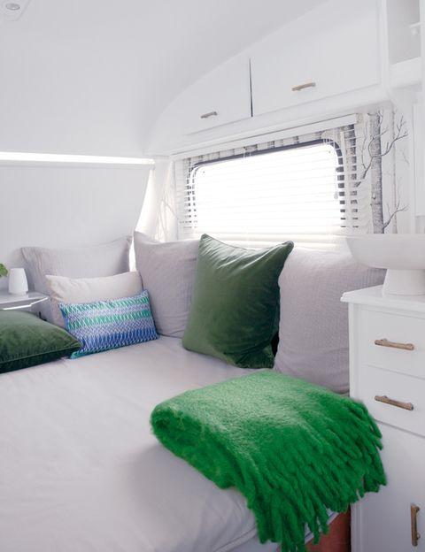 <p>El colchón, que se fabrica a medida, está tapizado con una loneta de Pepe Peñalver.</p>