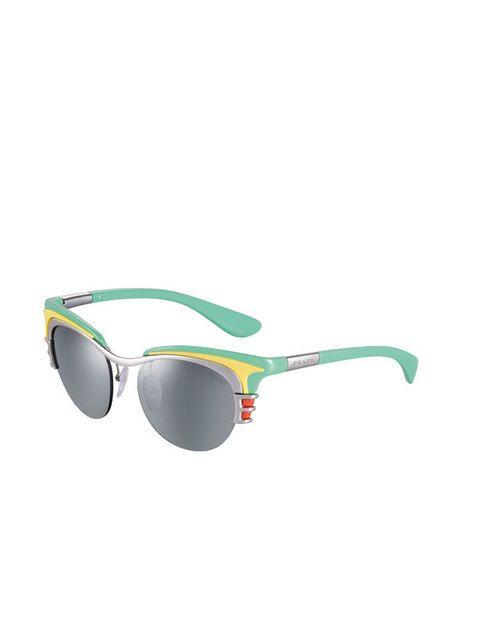 <p>Este verano mira al pasado con unas de estilo <i>fifties</i> de forma alargada y colores vitaminados. Gafas con montura de pasta de <strong>Prada</strong> (270 euros).</p>