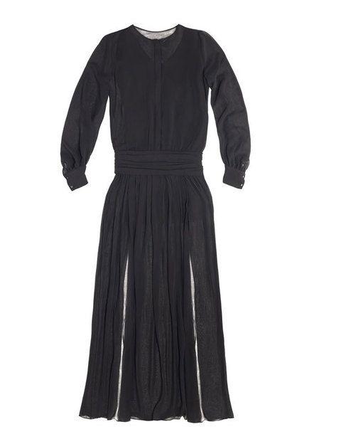 <p>Si eliges un vestido no con una, sino con dos aberturas en la falda, multiplicarás el efecto. Es de<strong> Zara.</strong></p>