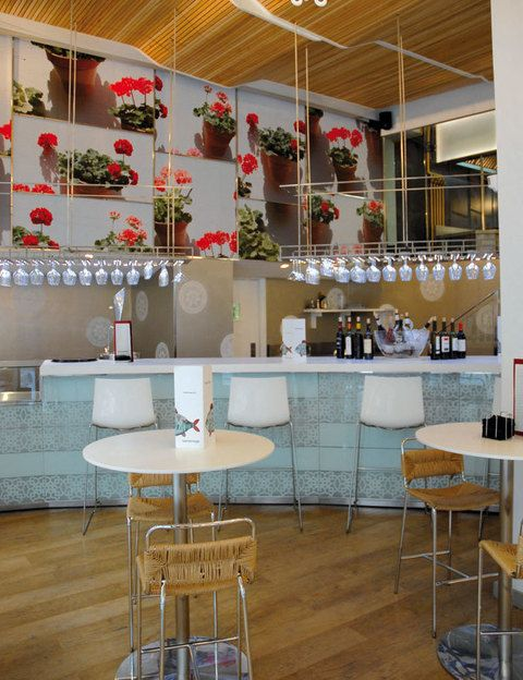 <p> Una nueva sede del gastrobar ideado por el chef Dani García llega a Granada. Alta cocina contemporánea andaluza en miniatura en un alegre local diseñado por GG Arquitectos con divertidos guiños a la cultura del sur, como las lámparas fabricadas con tres mil pendientes de gitana.<br /><strong>Rector Morata, 3, Granada, tel. 958 22 15 07. Precio medio: 25 €.</strong></p>