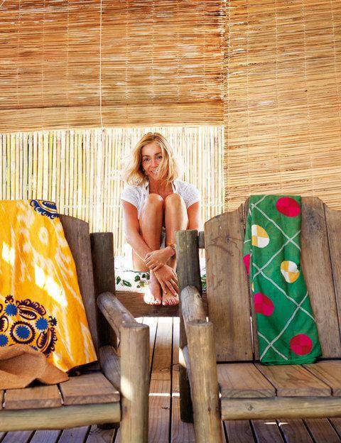 <p>La diseñadora está en el porche de su casa, rodeada de sus diseños: faldas confeccionadas con antiguos textiles. Sole -así se llama su marca- es una mujer absolutamente cosmopolita, nació en Argentina, pero desde los veinte años vive entre Nueva York y Roma. Allí produce y vende en sus showrooms sus exquisitas prendas.</p>