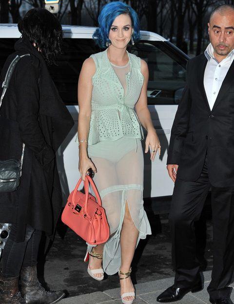 <p><strong>Katy Perry</strong> se atrevió con el sexy modelo de <strong>Vera Wang</strong> pero entre el color de pelo, el bolso salmón y las sandalias al tobillo, su look deslució.</p>