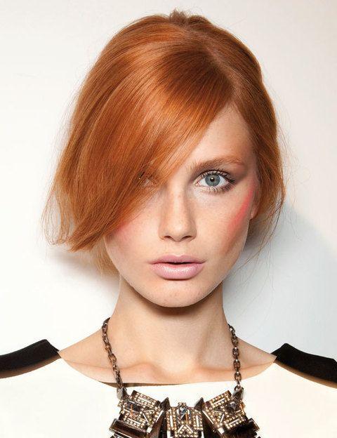 <p>Para lucir este peinado, traza una raya bastante ladeada en el extremo que más te favorezca y deja caer el resto de tu melena hasta recogerla detrás de la oreja.</p>