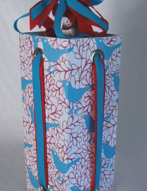 <p>Si vas a regalar botellas estas fiestas esta es una opción muy buena para presentarla. Una cajita de cartón con cintas a los lados.</p>