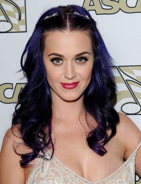 <p>La cantante <strong>Katy Perry</strong> es la reina absoluta de los tintes fantasía en el pelo. La hemos visto con todos los colores posibles, el último, este violeta oscuro.</p>