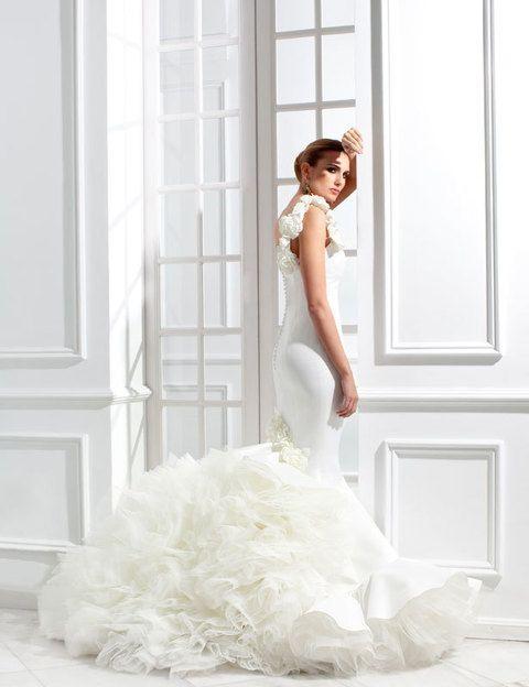 <p>Detalle del modelo <i>Tokio</i> de la colección de novias y madrinas de <strong>Vicky Martín Berroca</strong>l en el que se observa la voluptuosa cola del vestido y pequeños detalles florales que sorprenden en su diseño en base al blanco puro de la línea.</p>