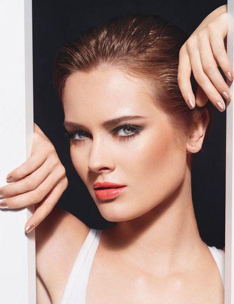 <p><strong>Chanel</strong> apuesta por el look bronce en <i>Summertime de Chanel</i>, su colección para verano de 2012. Piel bronceada, ahumados en tonos marrones, labios coral... ¡Nos encanta!</p>