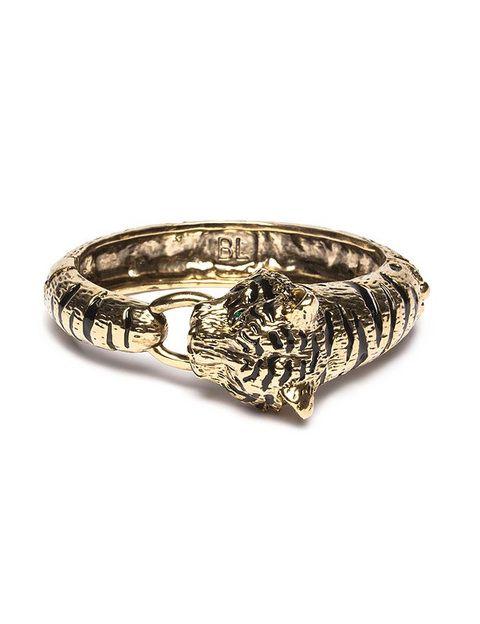 "<p>Pulsera de metal con cabeza de tigre en color oro de <a href=""http://www.bimbaylolastore.com/shoponline/es/product.php?id_product=2672"" target=""_blank""><strong>Bimba y Lola</strong></a> (35 euros).</p>"