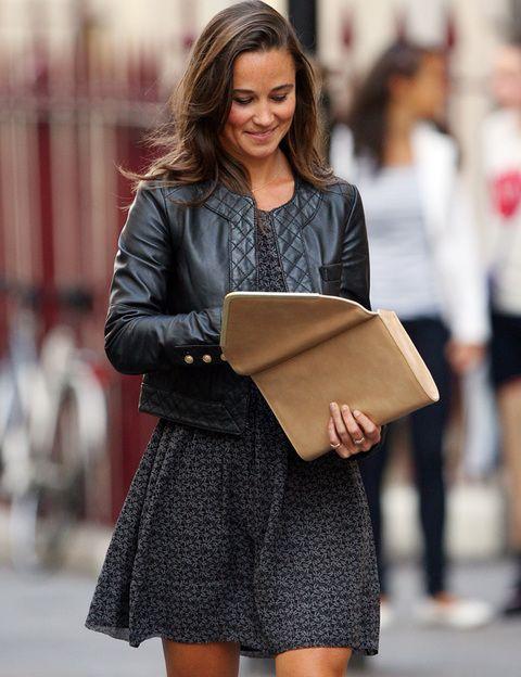 <p>En esta ocasión Pippa Middleton acertó al combinar su <i>'total black'</i> de mini vestido estampado y cazadora de cuero con clutch tipo sobre beige ribeteado en dorado.</p>