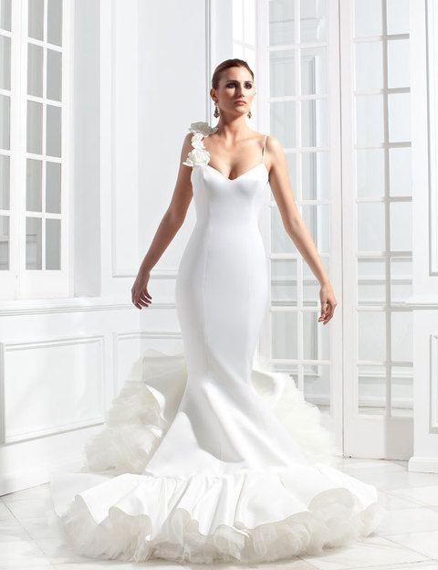 <p>Modelo <i>Tokio</i> de la colección de novias y madrinas de <strong>Vicky Martín Berrocal</strong>, con un detalle floral en uno de los tirantes del vestido de escote en pico.</p>