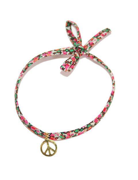 <p>Pulsera de tela con flores liberty y charm del símbolo de la paz.</p>